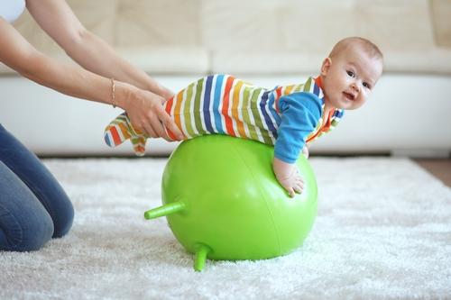 Как научить ребёнка сидеть самостоятельно: советы и упражнения