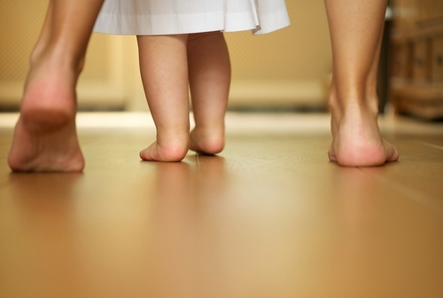 Как правильно научить ребёнка ходить