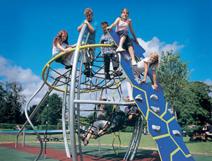 Предупреждаем травмы на детских площадках