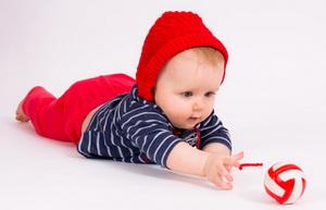 Как научить ребенка ползать, если он не ползает