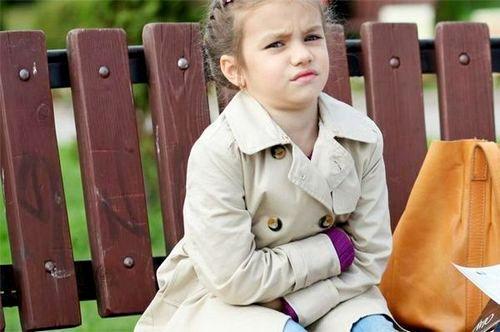У ребенка болит живот в области пупка: причины