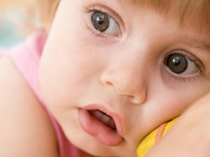 Ребенок боится чужих – несколько советов как победить страх