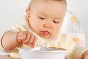 Как приучить ребенка есть ложкой самостоятельно
