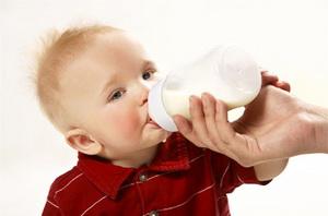 Когда можно начинать давать ребенку молоко из магазина