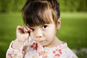 Слезится глаз у ребенка
