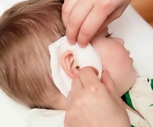У ребёнка болит ухо: что делать в домашних условиях