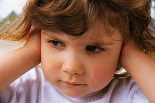У ребенка за ухом воспалился лимфоузел