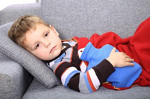 Чего опасаться, если у детей болит живот в области