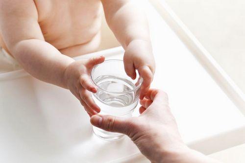грудной ребенок тянется за стаканом