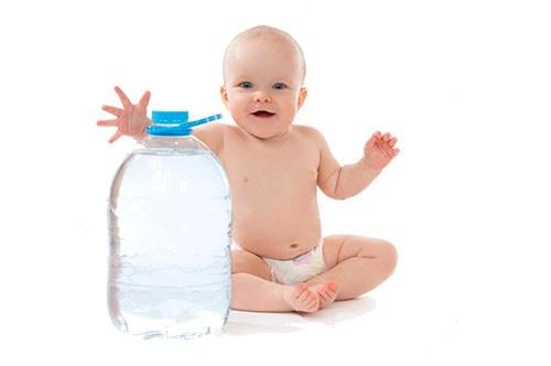 Почему новорождённый ребёнок после еды икает