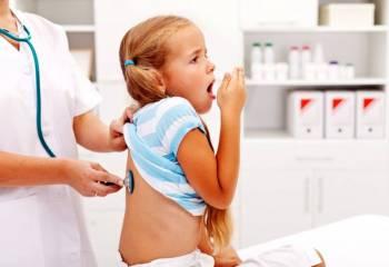 доктор слушает дыхание девочки
