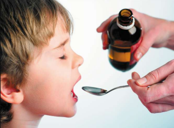 ребенок пьет микстуру