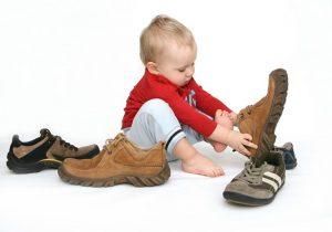 малыш надевает обувь